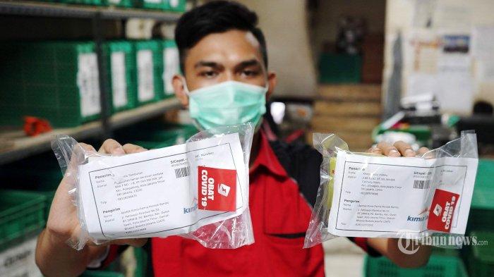 Pekerja menunjukkan paket obat dan vitamin untuk pasien Covid-19 yang melakukan isolasi mandiri (isoman), di gerai ekspedisi SiCepat, di Jakarta, Senin (19/7/2021). Pemerintah melalui Kementerian Kesehatan bekerja sama dengan Kimia Farma dan SiCepat mendistribusikan 300 ribu paket obat gratis berupa multivitamin, Azithtromycin, dan Oseltamivir bagi pasien Covid-19 yang melakukan isolasi mandiri. Tribunnews/Herudin
