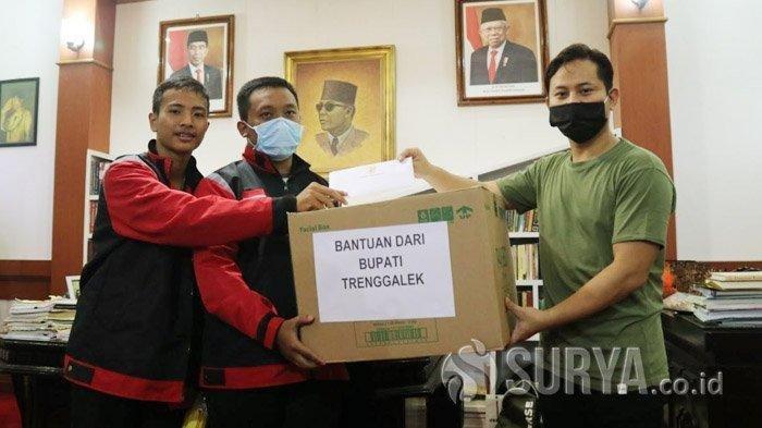 Bupati Trenggalek, Mochamad Nur Arifin menyerahkan bantuan masker yang akan dikirim via ojek online lokal, Sabtu (28/3/2020). Cara ini dilakukan untuk menghindari kerumunan.
