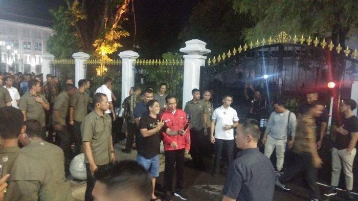 Presiden Jokowi bersama anak bungsunya, Kaesang Pangarep, Jalan Jalan di Pedestarian Malioboro Senin (30/12/2019) malam.