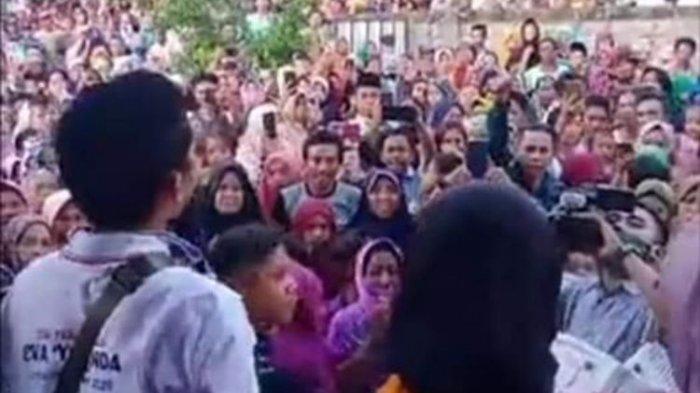 Di tengah wabah Covid-19 ratusan warga menyambut kedatangan Kontestan Liga Dangdut Indonesia, asal NTB, Eva Yolanda, yang tereliminasi dan pulang ke Lombok Minggu sore. (Dok. Warga)