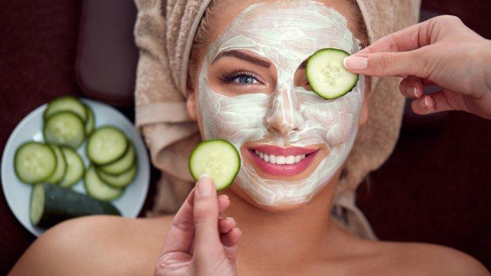 Rutin menggunakan masker dapat memaksimalkan rangkaian skincare kamu. Eits, pastikan gunakan masker alami untuk hasil lebih sempurna!