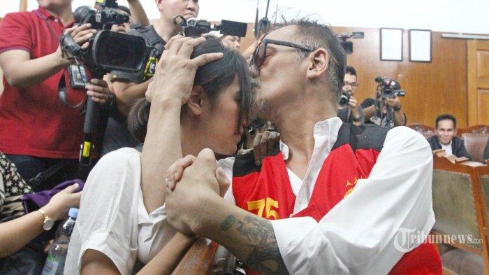 Artis senior Tio Pakusadewo memeluk anaknya disela persidangan lanjutan dengan aganda pembacaan vonis di Pengadilan Negeri (PN) Jakarta Selatan, Selasa (24/7/2018). Majelis hakim memvonis Tio Pakusadewo dengan pidana penjara selama 9 bulan dan rehabilitasi selama 6 bulan terkait penyalahgunaan narkotika. TRIBUNNEWS/HERUDIN