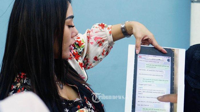 DJ Bebby Fey menunjukan screenshot percakapannya ketika memberikan keterangan kepada wartawan saat ditemui seusai syuting program televisi di kawasan Tendean, Jakarta Selatan, Selasa (10/9/2019). Bebby menjelaskan soal percakapannya dengan seorang YouTuber yang sedang viral di media. TRIBUNNEWS.COM/IQBAL FIRDAUS