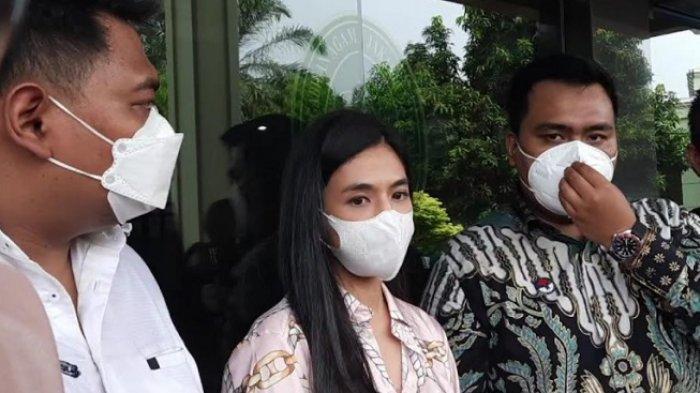 Dj Una ditemani tim kuasa hukumnya saat ditemui di Pengadilan Agama, Jakarta Selatan, Kamis (14/10/2021).