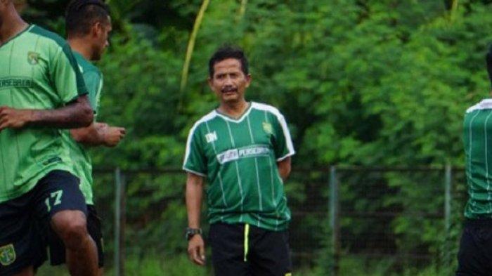 Djadjang Nurjaman memimpin latihan Persebaya di lapangan Karanggayam, Surabaya, Rabu (5/9/2018).
