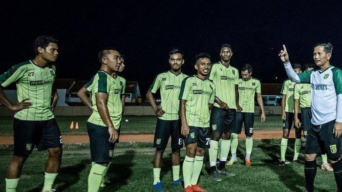 Djajang Nurdjaman (Djanur) bersama para pemain Persebaya Surabaya