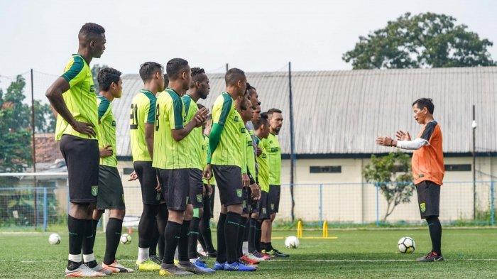 Pelatih Djadjang Nurdjaman kembali memimpin sesi latihan skuad Persebaya pada turnamen Piala Presiden 2019. Green Force menggelar latihan di Lapangan Sepak Bola Lodaya, Kota Bandung, pagi ini (5/3), jelang menghadapi Persib Bandung.