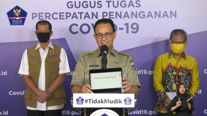 DKI Jakarta Anies Baswedan saat menunjukkan website milik Pemprov DKI Jakarta