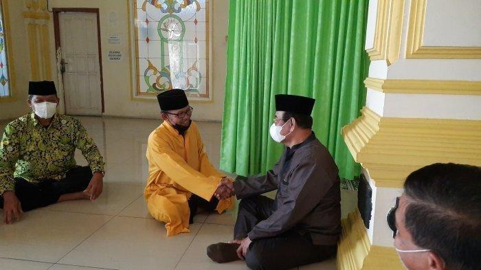 Dewan Masjid Indonesia (DMI) Jawa Barat saat bertemu dengan Ustaz Abdurohman ZR (baju kuning) di Masjid Al-Amanah, Bekasi, Senin (3/5/2021).