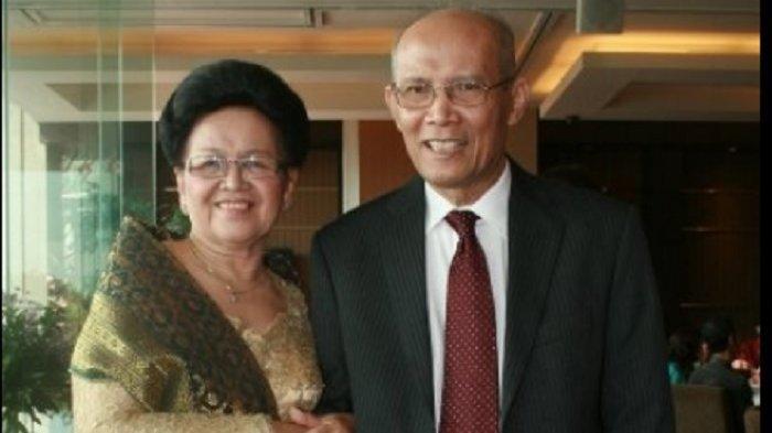 Dokter Naek L Tobing semasa hidup (kanan)