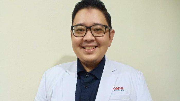 Dokter spesialis penyakit dalam Omni Hospital Pulomas Dr. Dirga Sakti Rambe, M.Sc, Sp.PD