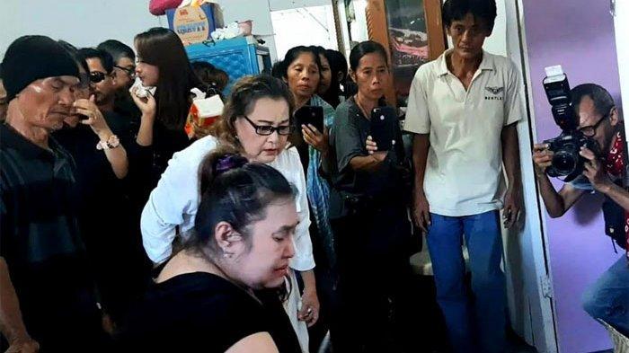 Martini Luisa alias Dokter Eva tiba di rumah duka ayahandanya, Johny Indo di Jalan Tangga Asem, Tangerang, Banten, Senin (27/1/2020) pukul 12.00 WIB.