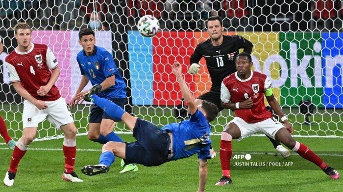 Pemain depan Italia Domenico Berardi mencoba melakukan tembakan ke gawang selama pertandingan sepak bola babak 16 besar UEFA EURO 2020 antara Italia dan Austria di Stadion Wembley di London pada 26 Juni 2021.