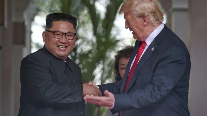 Donald Trump dan Kim Jong Un saat bertemu di Singapura pada 2018. Trump, mengaku hubungannya dengan Kim Jong Un sangat baik. Ia pun mengungkapkan harapannya untuk pemimpin Korea Utara ini, seperti yang diberitakan NBC News, Rabu (22/4/2020).