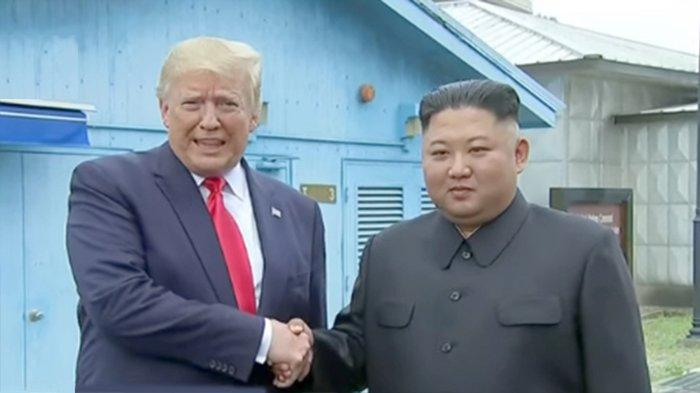 Presiden Amerika Serikat Donald Trump (kiri) dan Pemimpin Korea Utara Kim Jong Un (kanan) di daerah DMZ (zone demiliterisasi)