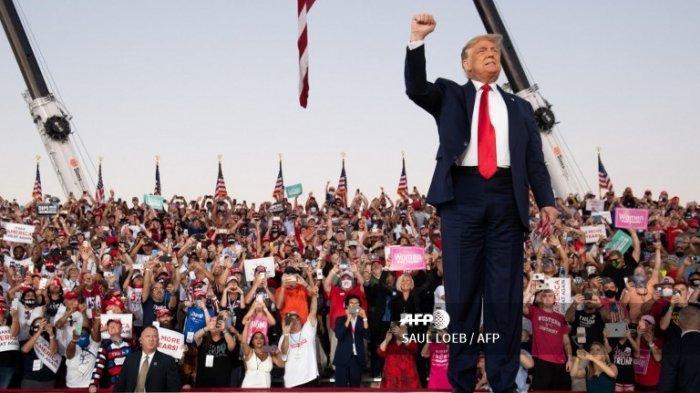 Presiden AS Donald Trump tiba untuk mengadakan rapat umum Make America Great Again saat dia berkampanye di Bandara Internasional Orlando Sanford di Sanford, Florida, 12 Oktober 2020.
