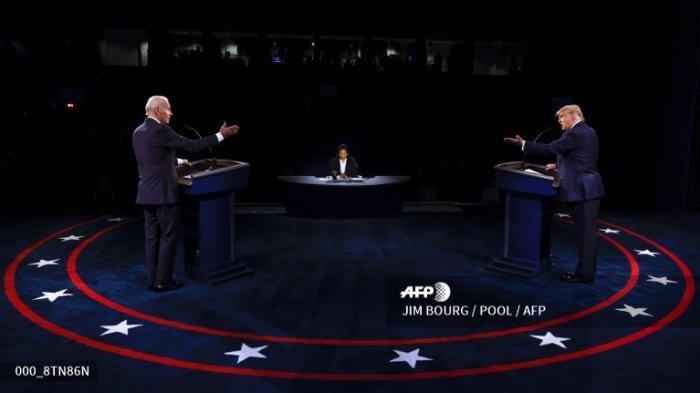 Donald Trump (kanan), dan Joe Biden serta moderator, pembawa berita NBC News, Kristen Welker (tengah) berpartisipasi dalam debat presiden terakhir di Belmont University di Nashville, Tennessee, pada 22 Oktober 2020.