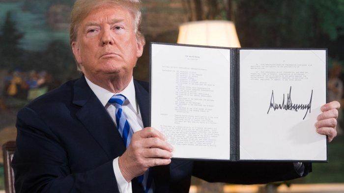 Donald Trump menandatangani dokumen yang memulihkan sanksi terhadap Iran setelah mengumumkan penarikan AS dari kesepakatan nuklir 2015