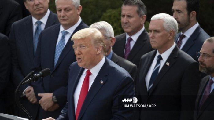 Dikelilingi oleh anggota Satuan Tugas Virus Corona Gedung Putih, Presiden AS Donald Trump berbicara pada konferensi pers tentang virus corona atau COVID-19, di Rose Garden Gedung Putih di Washington, DC, 13 Maret 2020. Trump menyatakan virus corona sebagai darurat nasional.