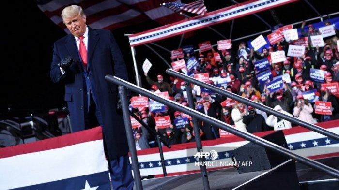Presiden AS Donald Trump tiba untuk rapat umum di Bandara Regional Williamsport di Montoursville, Pennsylvania pada tanggal 31 Oktober 2020.