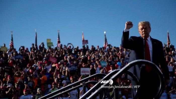 Presiden AS Donald Trump setelah berbicara dalam rapat umum Make America Great Again di Bandara Phoenix Goodyear 28 Oktober 2020, di Goodyear, Arizona.
