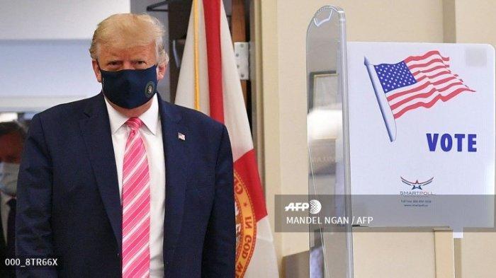 Presiden AS Donald Trump meninggalkan tempat pemungutan suara setelah memberikan suara di Perpustakaan Umum Palm Beach County, selama voting awal untuk pemilihan 3 November, di West Palm Beach, Florida, pada 24 Oktober 2020.