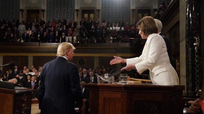 Donald Trump Abaikan Jabat Tangan dengan Ketua DPR AS,Nancy: Tak Berhenti Uluran Tangan Persahabatan