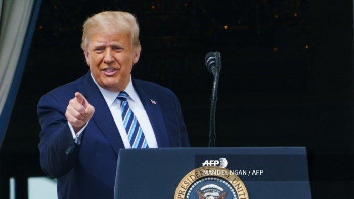 Presiden AS Donald Trump menyapa para pendukung setelah berbicara tentang hukum dan ketertiban dari South Portico Gedung Putih di Washington, DC, pada 10 Oktober 2020.