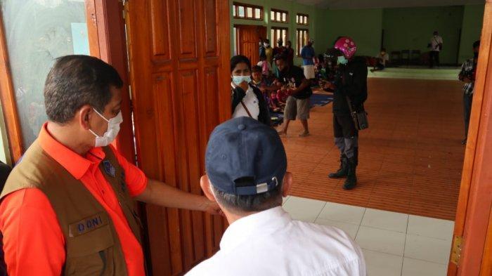 Kepala BNPB Doni Monardo mengunjungi posko pengungsian dan dapur umum di Lewoleba, Nusa Tenggara Timur, Selasa (6/4/2021).
