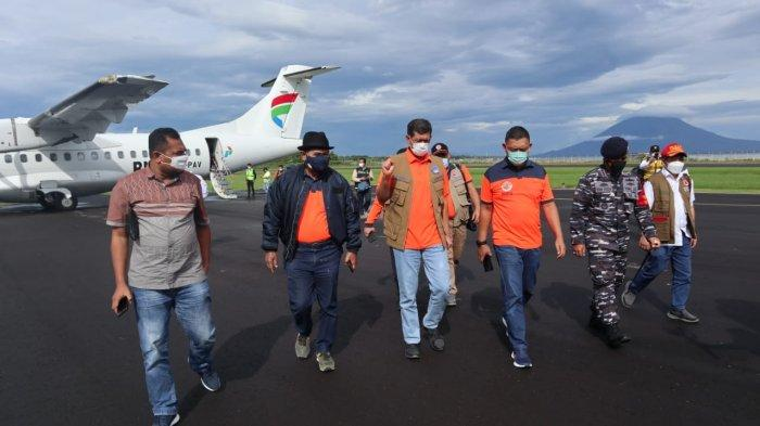 Kepala Badan Nasional Penanggulangan Bencana (BNPB) Doni Monardo (tiga dari kiri) tiba di Bandar Udara Wunopito untuk melakukan peninjauan banjir bandang di Lembata, Flores Timur, NTT, Selasa (6/4/2021).