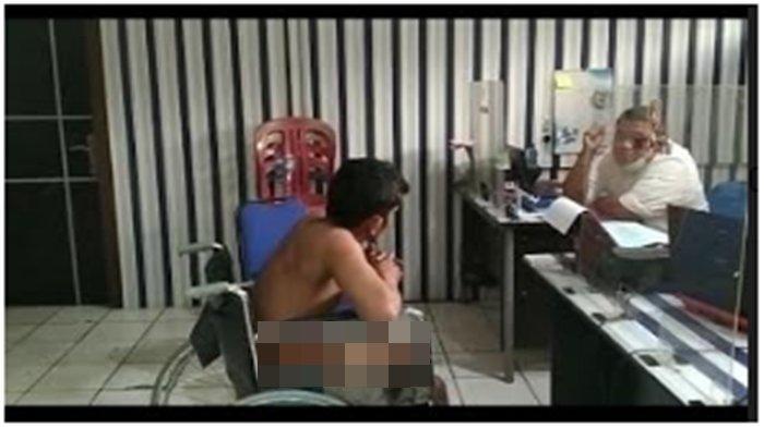 Doni, tersangka pemilik senjata api ilegal  di Kos Angker di Puncak Sekuning diamankan di Mapolrestabes Palembang, Jumat (29/1/2021).