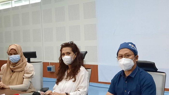 Istri Oddie Agam, Almafilia (baju putih) dan dokter menggelar konferensi pers di RS Persahabatan, Jakarta Timur, Jumat (8/10/2021).
