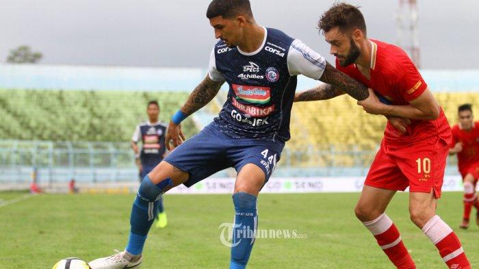 BEREBUT BOLA - Bek Arema FC, Arthur Cunha berebut bola dengan gelandang Barito Putera, Douglas Ricardo Packer dalam lanjutan Liga 1 di Stadion Kanjuruhan Kepanjen, Kabupaten Malang, Sabtu (24/11/2018). Arema FC mengalahkan tim tamu Barito Putera dengan skor 3-1. SURYA/HAYU YUDHA PRABOWO