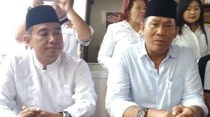 Ketua DPC Partai Gerindra Surakarta, Ardianto Kuswinarno (kanan) dan pengurus lainnya dalam konferensi pers di Solo, Jawa Tengah, Jumat (7/2/2020).