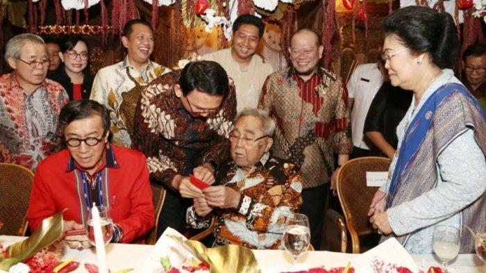 Politisi senior yang juga Anggota DPD RI dari daerah pemilihan DKI Jakarta, Sabam Sirait (duduk paling tengah) merayakan ulang tahun ke-83 di sebuah rumah makan di bilangan Jakarta Selatan, Senin (14/5/2019). Ulang tahun Sabam dihadiri sejumlah pejabat negara.