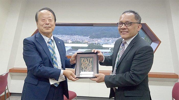dr tadashi matsunaga  presiden jamstec (japan agency for marine-earth science and technology) bersalaman dengan kepala lipi dr laksana tri handoko m.sc (kanan)