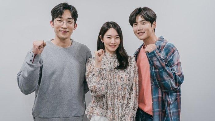 Drama Korea terbaru berjudul Hometown Cha-Cha-Cha bakal segera tayang di Netflix.