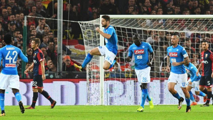 Selebrasi penyerang Napoli, Dries Mertens (14), setelah berhasil mencetak gol ke gawang Genoa dalam lanjutan Liga Italia 2017-2018 di Stadion Comunale Luigi Ferraris, Genoa, Italia, pada Rabu (25/10/2017). VINCENZO PINTO/AFP/BOLASPORT.COM