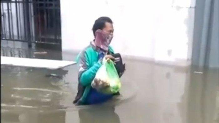 Driver Ojol Terobos Banjir demi Antar Makanan ke Pelanggan, Dapat Penghargaan dari GoJek