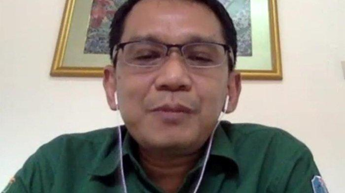 """Dokter Spesialis Penyakit Dalam, Konsultan Penyakit Tropik dan Infeksi RSUD Dr. Soetomo, Dr. dr. Erwin Astha Triyono, Sp.PD, K-PTI, dalam event Virtual Media Briefing AMR dengan tema """"Kemitraan Sektor Swasta dan Peran Masyarakat dalam Mempromosikan Penggunaan Antibiotik Secara Rasional dan Tuntas"""", pada Kamis (10/6/2021)"""
