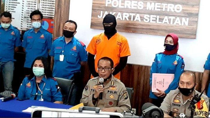 Aktor Dwi Sasono alias DS saat dihadirkan polisi dalam jumpa pers di Polres Metro Jakarta Selatan, Senin (1/6/2020) pagi. Dwi Sasono ditangkap polisi karena diduga memakai dan memiliki narkoba jenis ganja.