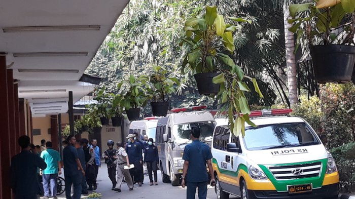 Dua Mobil Ambulans Datangi RS Polri, Keluar Seorang Berkursi Roda dan Bermasker