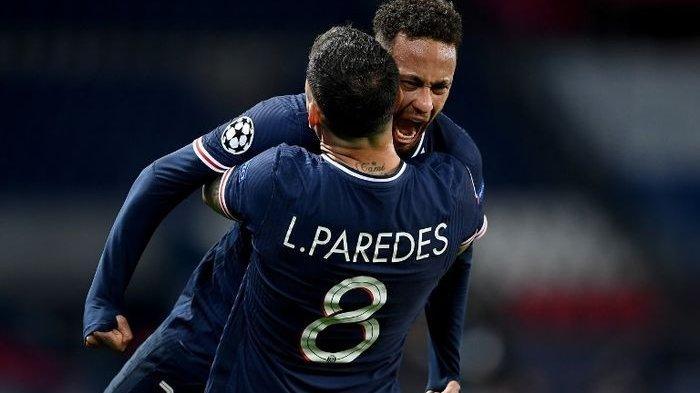 Dua bintang PSG, Neymar dan Leandro Paredes, usai menyingkirkan Bayern Muenchen dari perempat final Liga Champions.