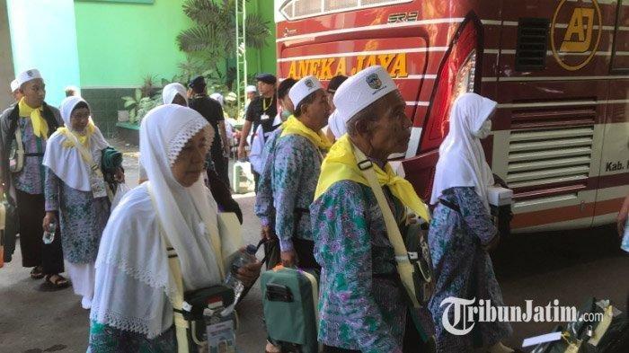 Dua calon jemaah haji tak jadi berangkat karena mengalami Demensia. Segera dirujuk ke RSJ Menur Surabaya, Senin (15/7/2019).