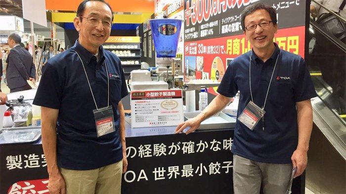 Dua eksekutif Toa Industry Co Ltd Japan yang berhasil menjual mesin gyoza terbanyak di dunia.