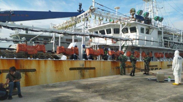 Dua kapal berbendera China diamankan KRI Mubara. Saat ini sejumlah pejabat terkait di Kepri tengah meninjau kapal tersebut di Lanal Batam, Rabu (8/7/2020)