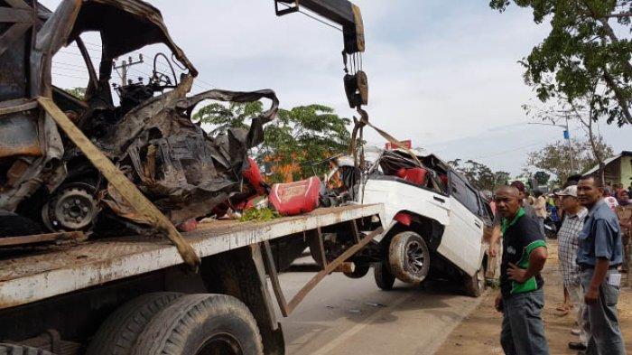 Tabrakan Mobil L-300 vs Pikap, Lima Nyawa Melayang