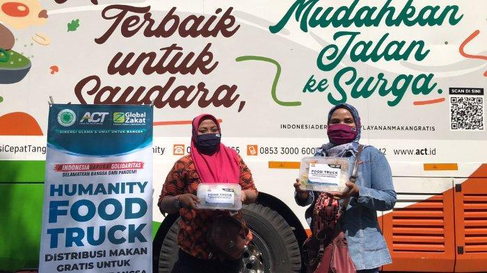 Dua orang peserta vaksinasi menerima boks makanan dari Layanan Humanity Food Truck yang disediakan oleh Aksi Cepat Tanggap Sragen, berkolaborasi dengan Pemkab Sragen, Senin (20/9/2021).