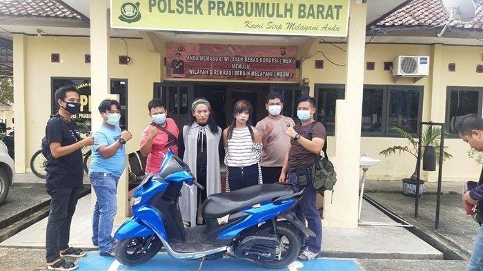 Dua pelaku diamankan yakni Firmansyah alias Vera (28 tahun) dan Ari Hidayat alias Nikita. (Edison Bastari/Tribun Sumsel)