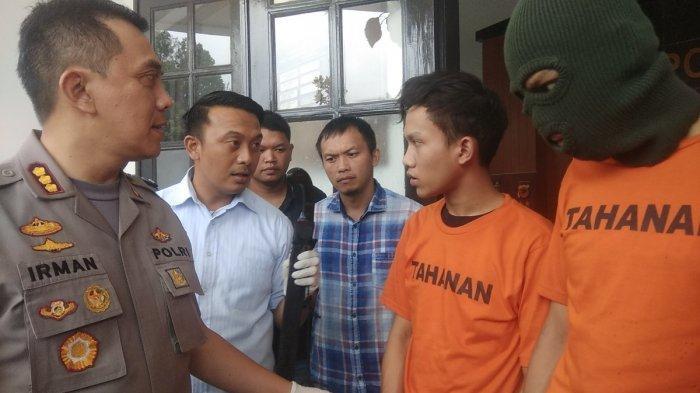 Dua pelaku pembacokan di Cicendo, Bandung, saat digiring polisi